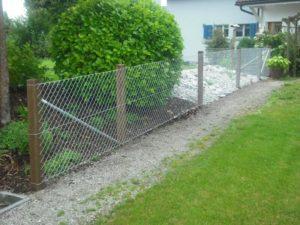 Diagonalgeflecht-Zaun mit eingerammten Lärchenkantpfosten