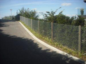 Maschendraht-Zaun mit eingerammten Tannenrundpfosten