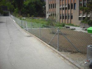 Diagonalgeflecht-Zaun mit einbetonierten, dickwandigen Rohrpfosten