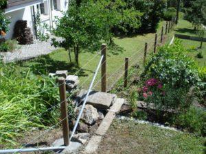 Spanndraht-Zaun mit Tannenpfählen