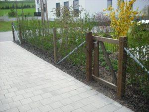 Pantanet-Zaun. Tannenrundpfosten mit angenageltem Zaungitter Pantanet. Gartentüre mit Holzrahmen und Lärchenkantpfosten.