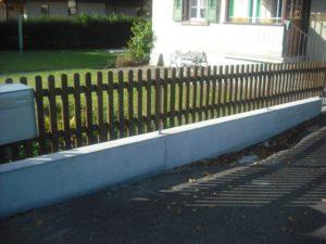 Staketen-Zaun. Elemente mit Holztraverse.
