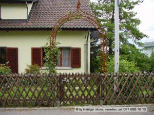 Kreuz-Zaun (auch Hörnli-Zaun genannt) mit Gartentüre und verzinkten T-Eisenpfosten.