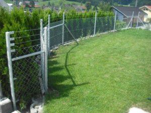 Diagonalgeflecht-Zaun oben mit drei Laufdrähten