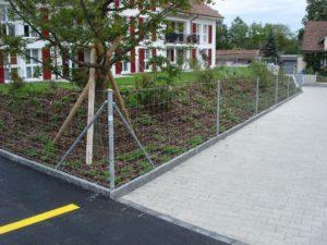 Knotengitter-Zaun mit einbetonierten Rohrpfosten